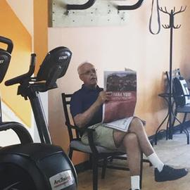 Jill's Dad finally seeing the new space today and found a spot to read his paper and watch the #usopen 🤣🏌️‍♂️#golf #washingtonpost #fitfam #cameronstreet #fitoneoldtown #heshouldbeonthetreadmill